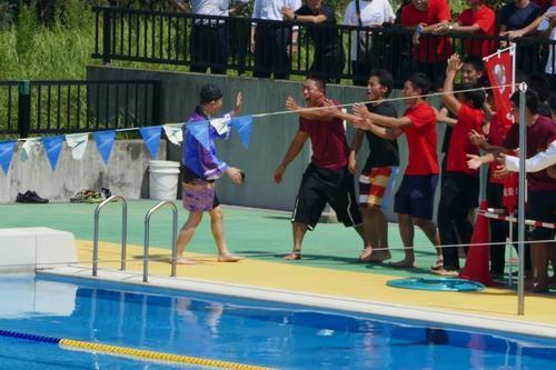 力泳後、学生に迎えられる学校長.jpg