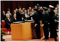 24宣誓書手渡し後の握手.jpg