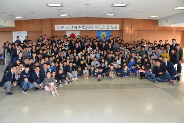 ★学校長、同窓会会長を囲んで同期のご家族と一緒に集合写真