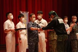 ★学校長から優勝クルーへのメダル授与